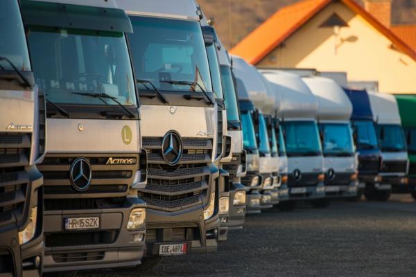 20 gépjárműből álló szállítmányozó flotta